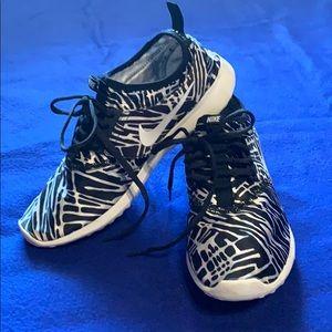 Nike Juvenate sneakers black /white size 8.5